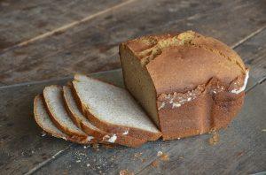 brioche de pain sans gluten tranchée qui sort du four