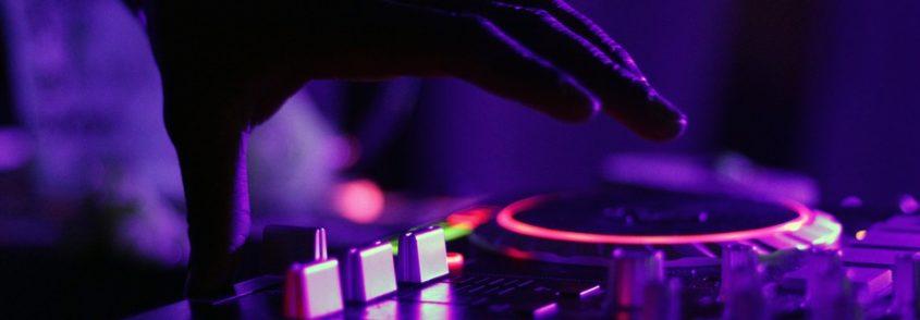 Organiser un mariage : DJ ou orchestre ?