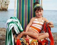 Enfant au soleil à la plage