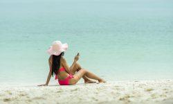Adolescente en train de bronzer avec un ipod
